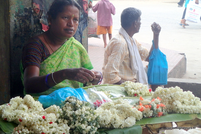 Vendeuse de fleurs gare de Dindigul
